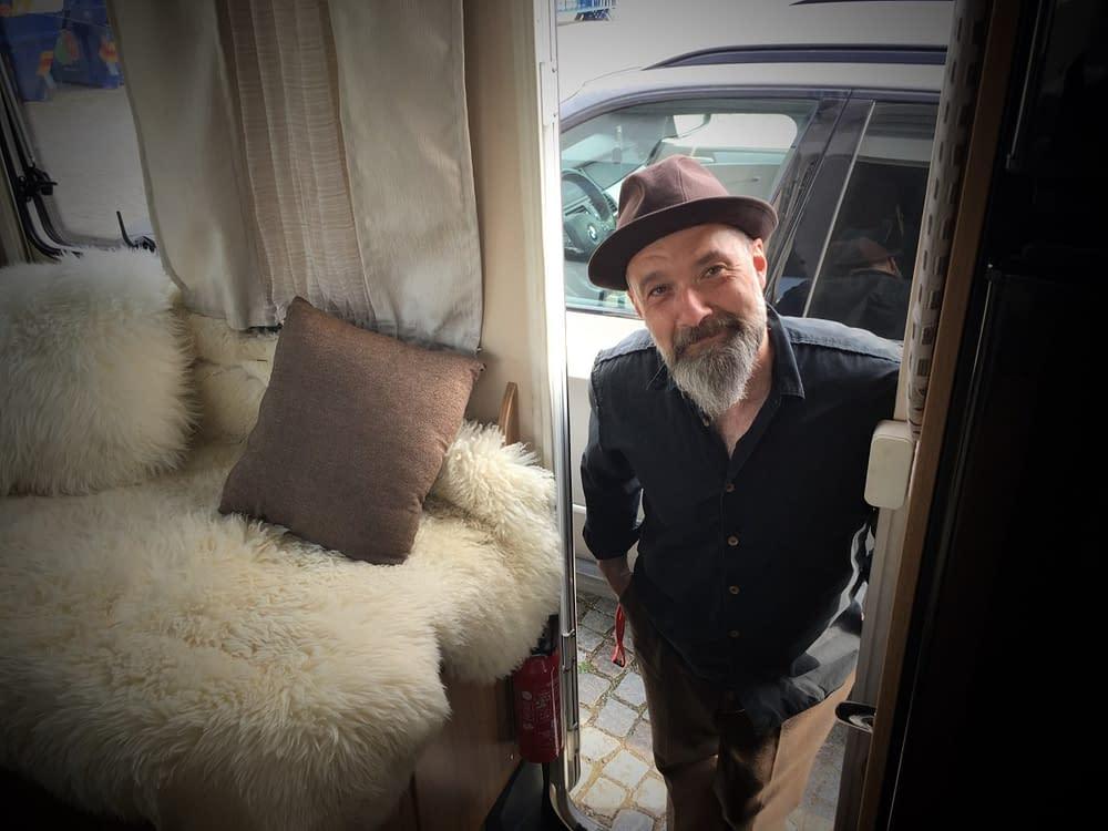Musiker Toni Holgersson diskuterar livet med konstnären Malin Skinnar på hennes blogg malinstoryteller.com