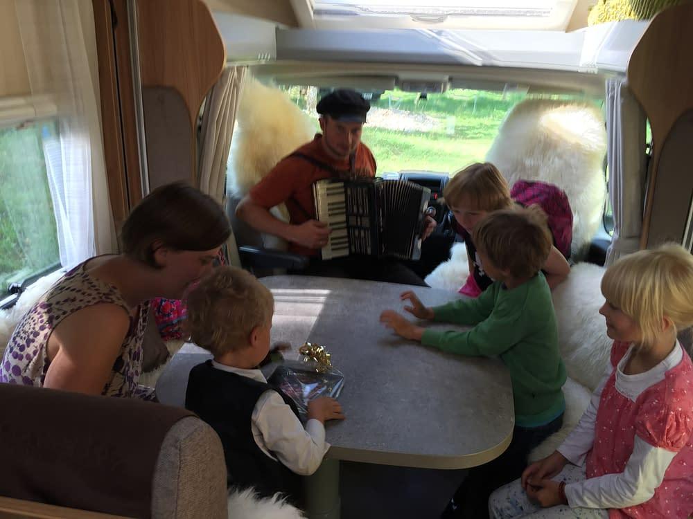 Barn och vuxna trivs i husbilen