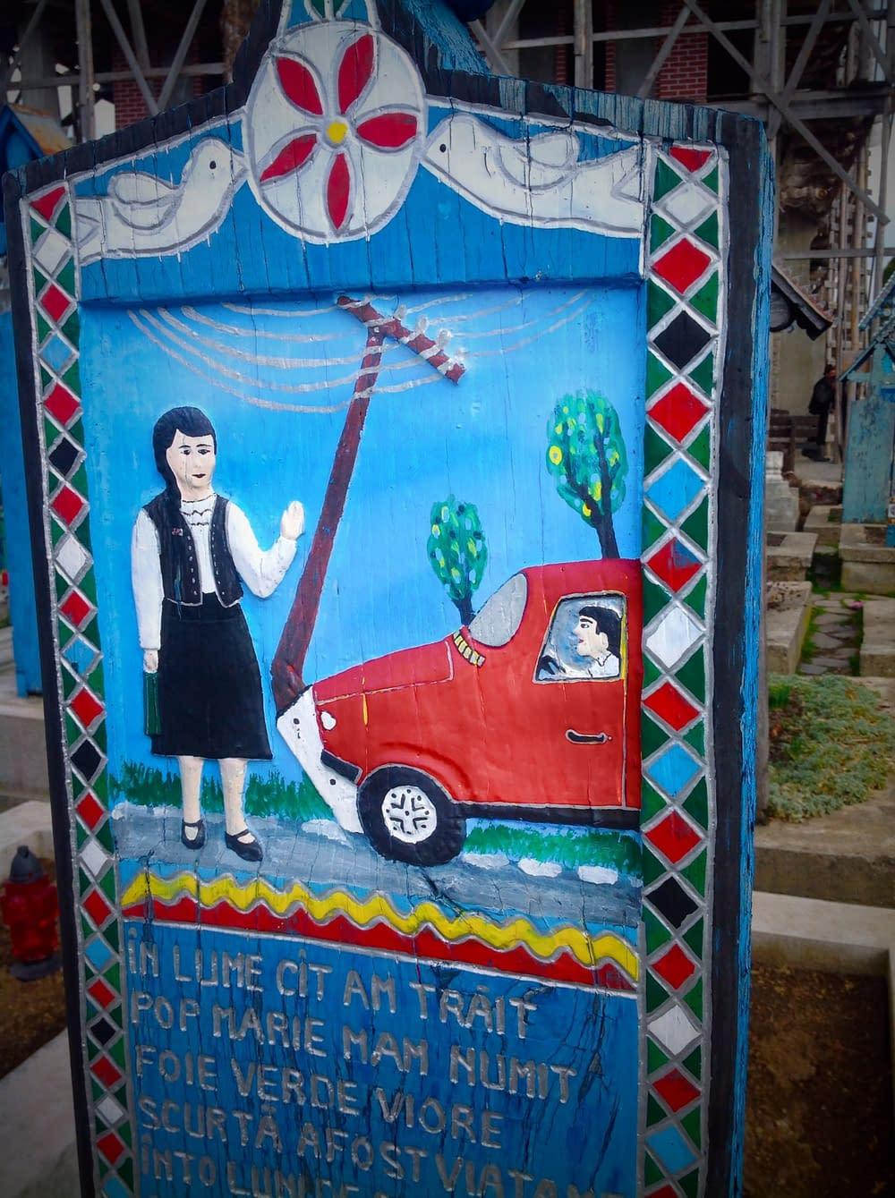 Minnestexter och komiska träsnitt på den lyckliga kyrkogården.