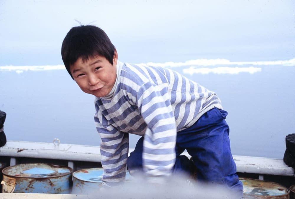 Glad pojke på väg till främmande jaktmarker.