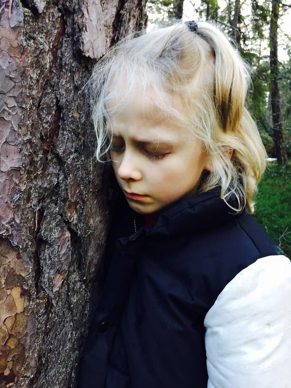 Barn lyssnar på träd