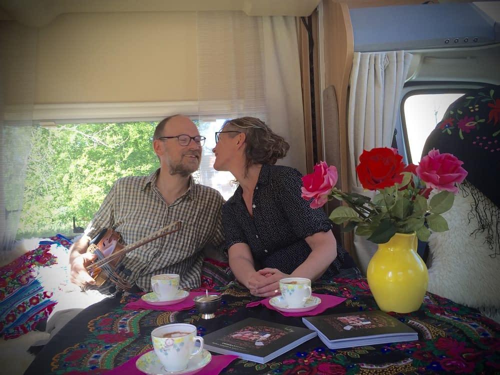 Maria och Olof Misgeld uppträder med skillingtryck i Malins husbil.