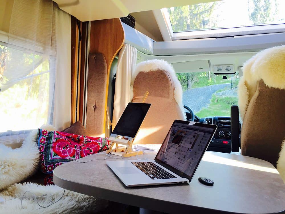 Kontor i husbilen med digitala ritbord.