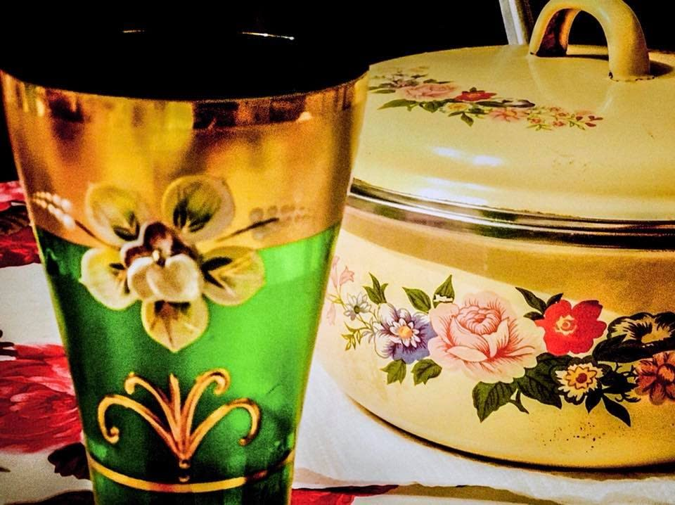 Blommig kastrull och gröna glas