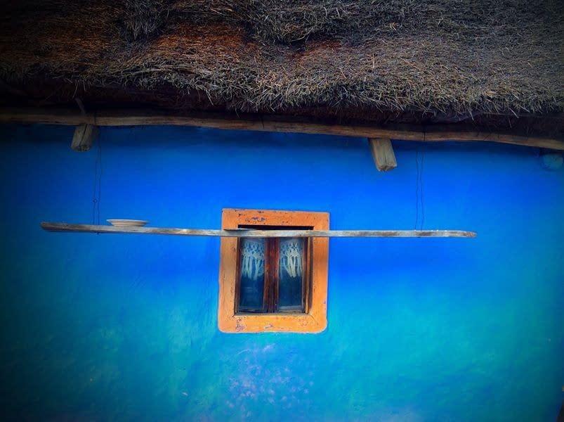 De blå husen är som sagor i landskapet.