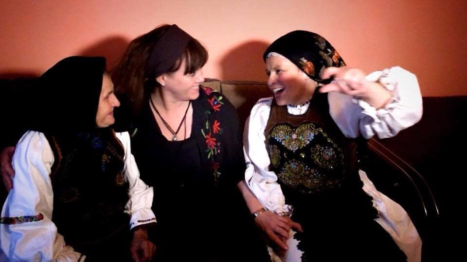 The doina singers Teodora and Lenuta Purja in Agries with storyteller Malin Skinnar