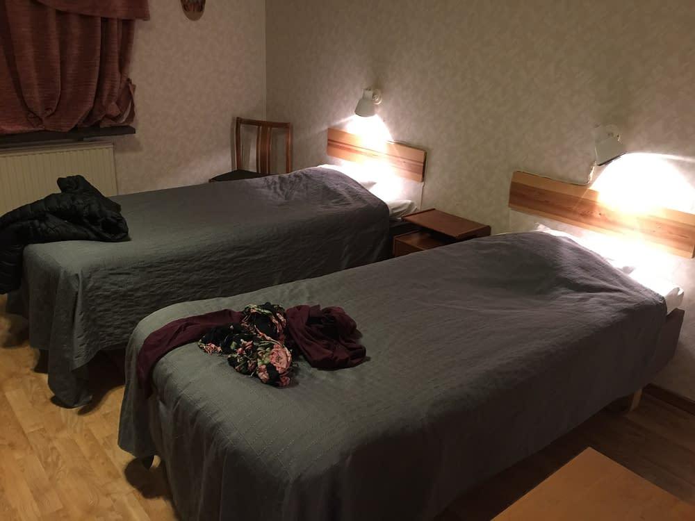 Två enkelbäddar på hotell