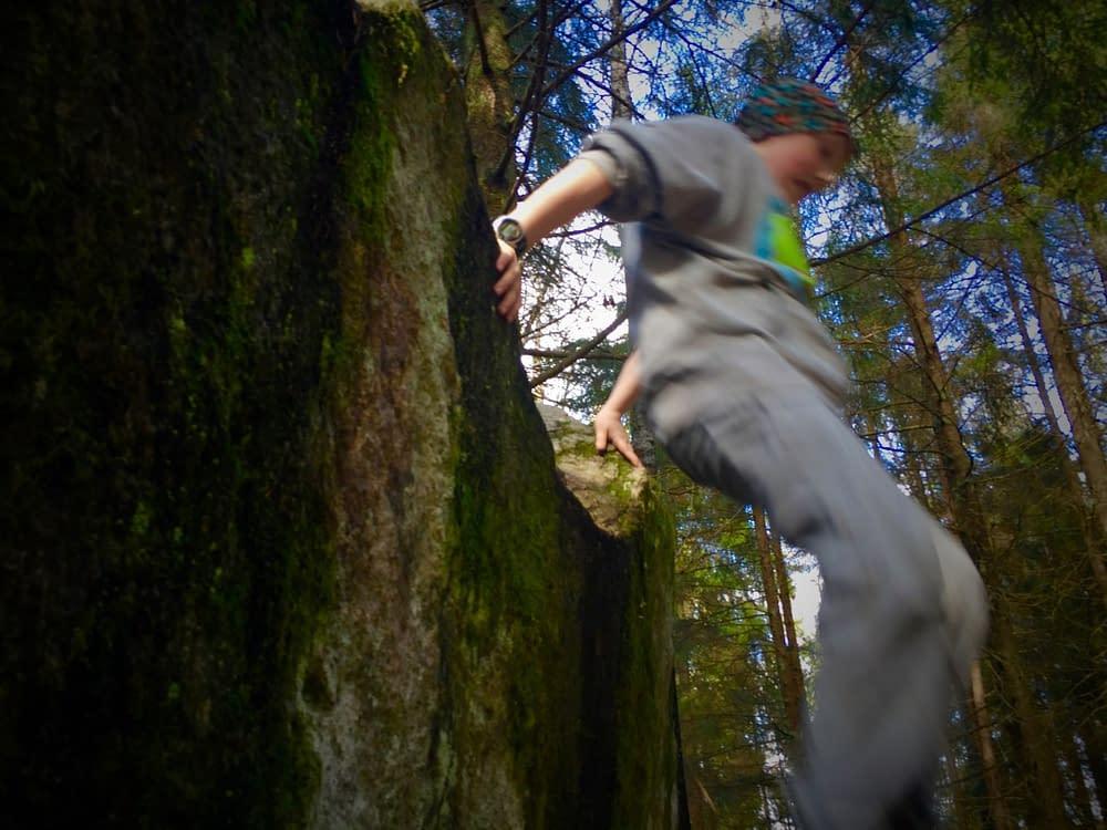 Barn som leker i skogen blir smidigare.