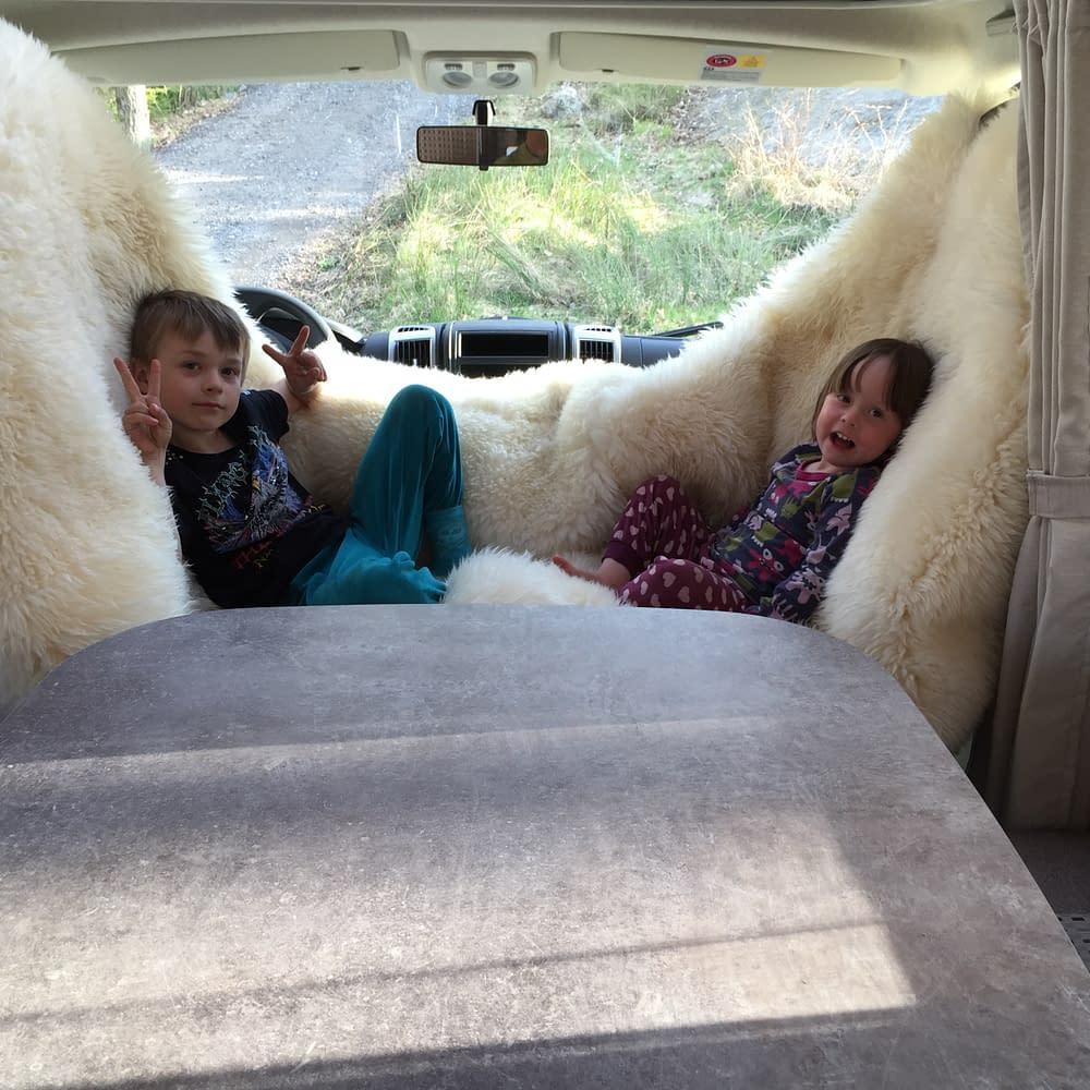 Soffa mellan förarstolarna i en husbil