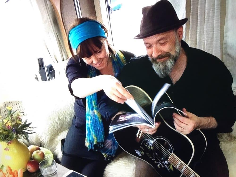 Toni Holgersson och Malin Skinnar bläddrar i Malins sångboken.