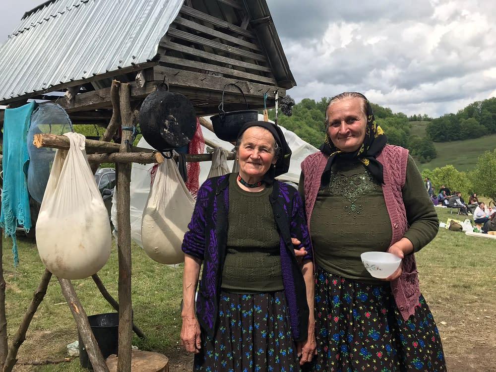 Samfira & Maria framför ostnästen på fäbovallen, foto Malin Skinnar