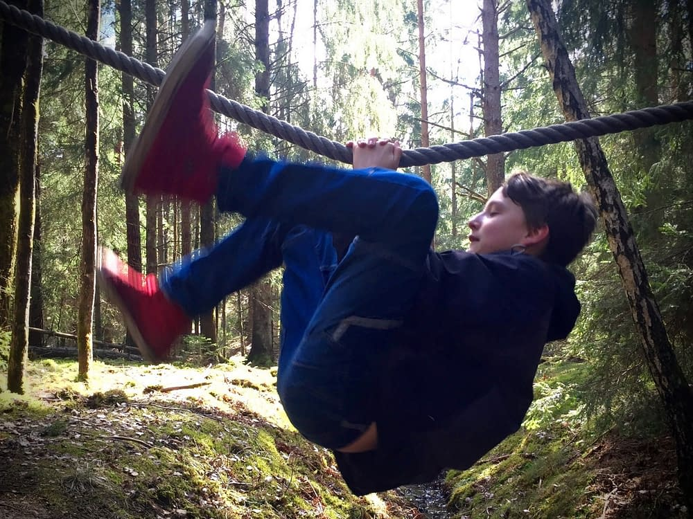Skydda barnen mindre och låt dem klänga runt i skogen.