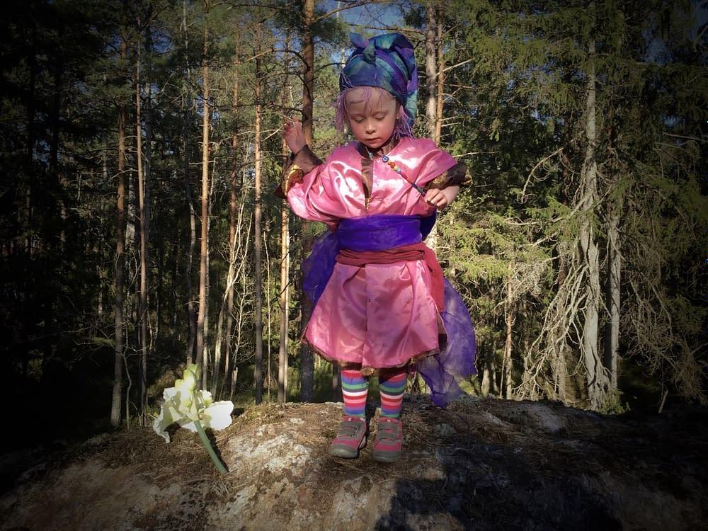 Sagoinspelning med barn i urskogen.
