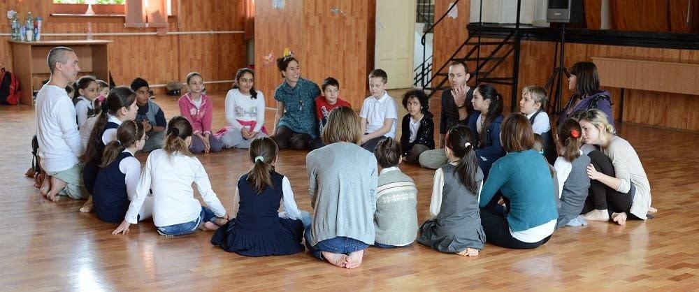 Malin Skinnar hjälper Kefas Berlin på workshop för barn i Bucharest
