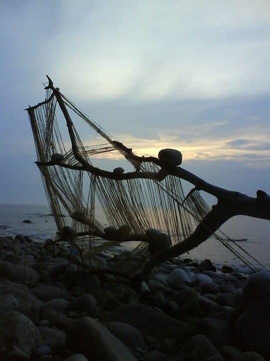 Malin Skinnar och Annika Lykta byggde landartskulptur av hampa och stockar på stranden. En soltork.