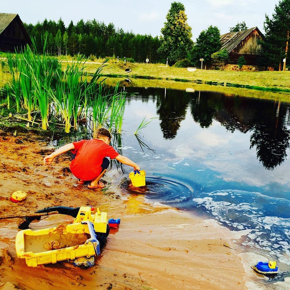 Det känns som om barn leker här, koncenterat och länge i Estland. Skönt. Inte telefoner i var hand.
