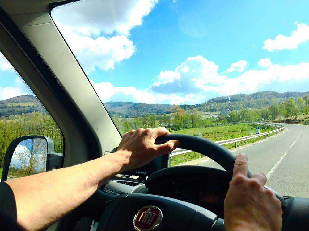 Händer på ratten