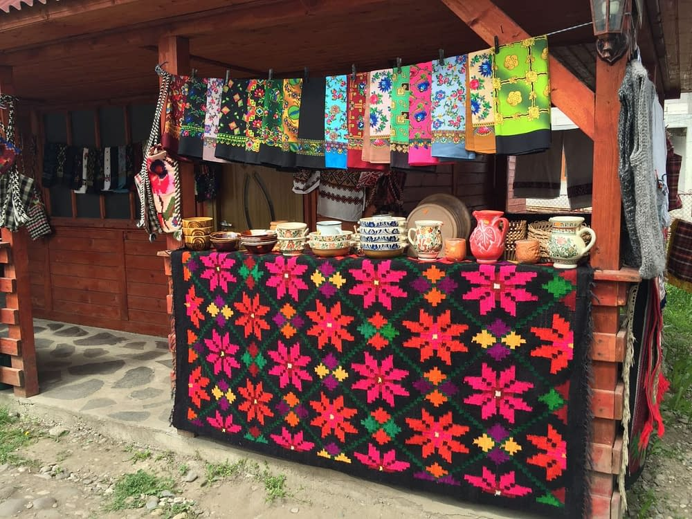 Mattor och sjalar på Rumänsk marknad.