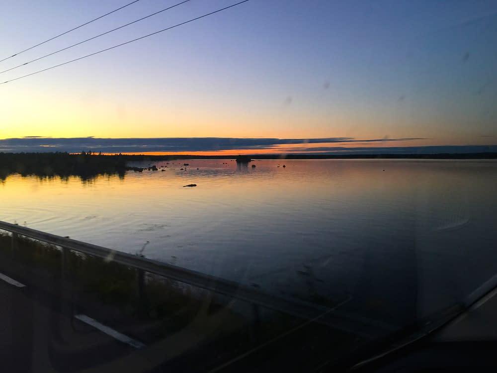 Solnedgång vid landsväg