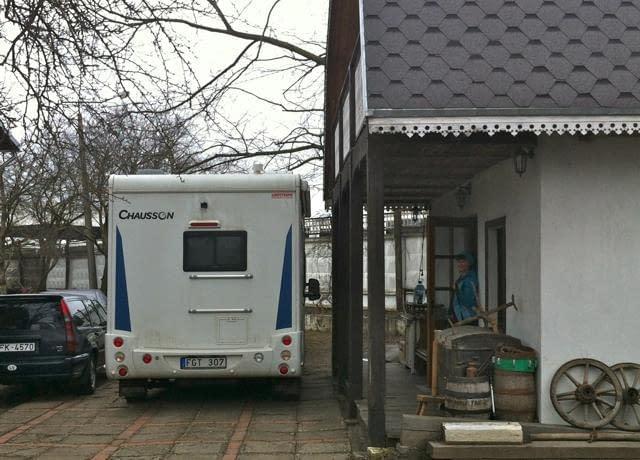 Kort husbil på bakgård