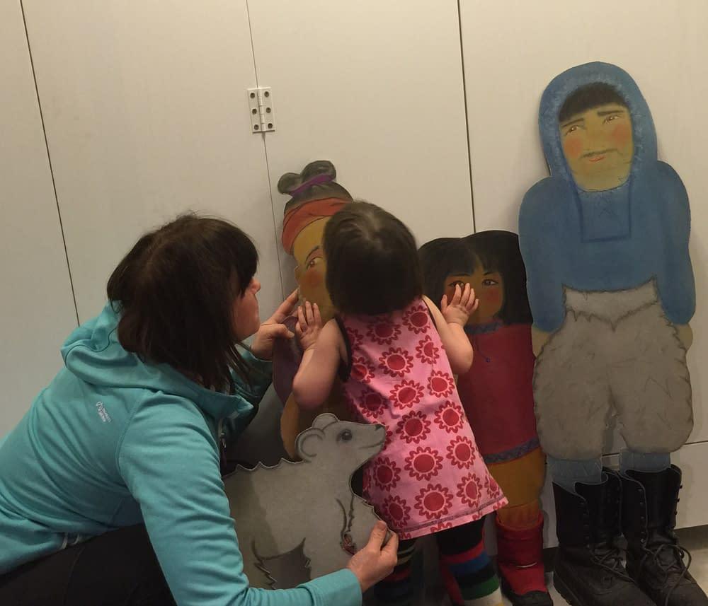 barn pussar dockor i dockteater