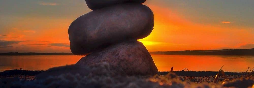 Stenar staplade i solnedgång. Malins landart