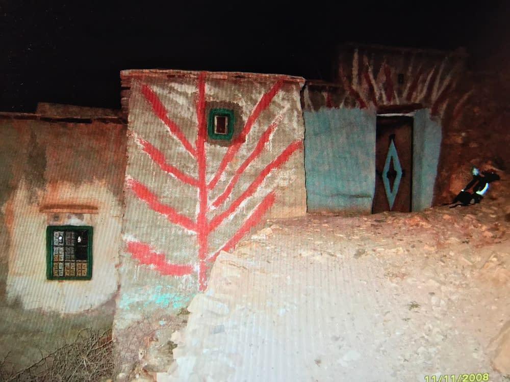 Målad husfasad i Atlasbergen av södra Marocko