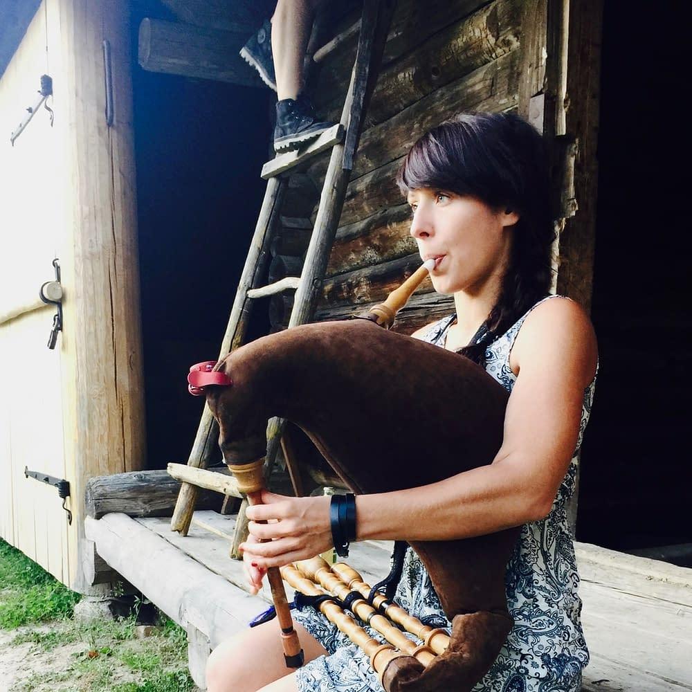 Med säckpipa erövrar hon världen med sitt estniska folkband
