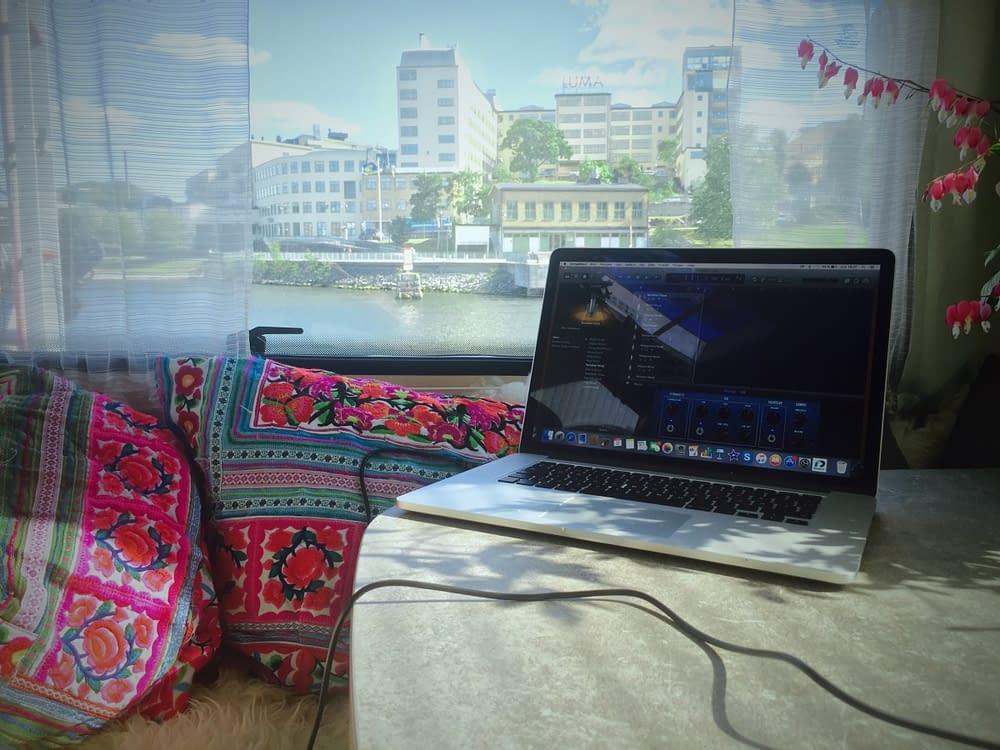 Vy över stockholm från husbilsfönster med dator